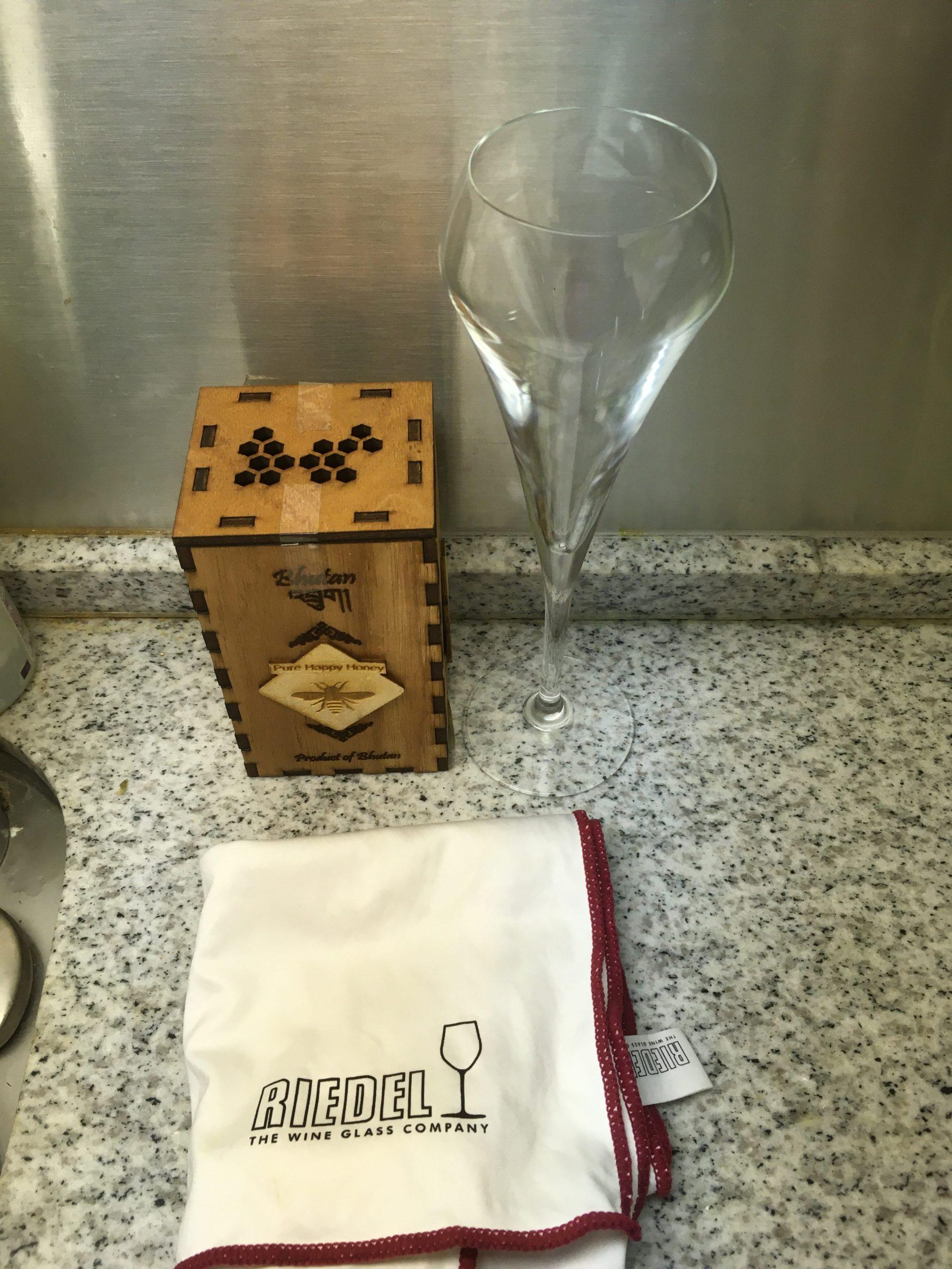 オンラインワイン飲み必須アイテム。リーデルのマイクロファイバークロス